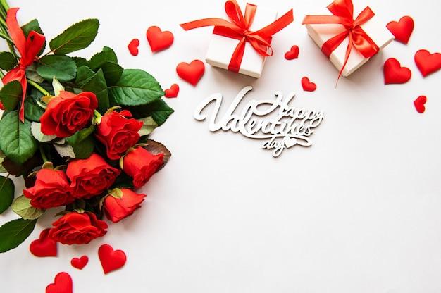 Rosas vermelhas e caixas de presente