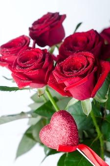 Rosas vermelhas e coração
