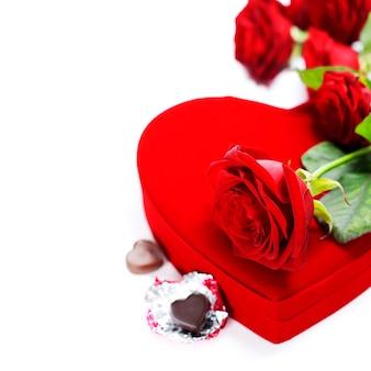 Rosas vermelhas e corações para dia dos namorados