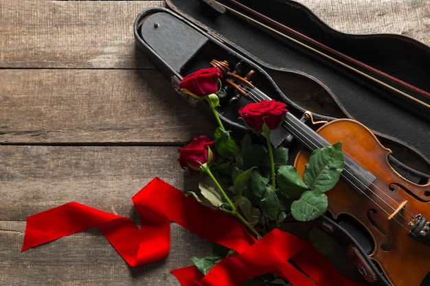 Rosas vermelhas e um violino