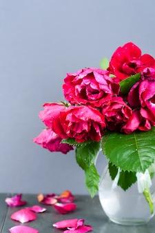 Rosas vermelhas em uma placa