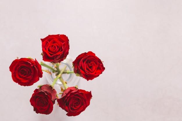 Rosas vermelhas em vaso