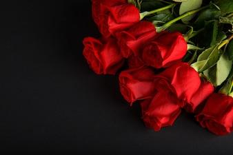 Rosas vermelhas sobre fundo preto, dia dos namorados