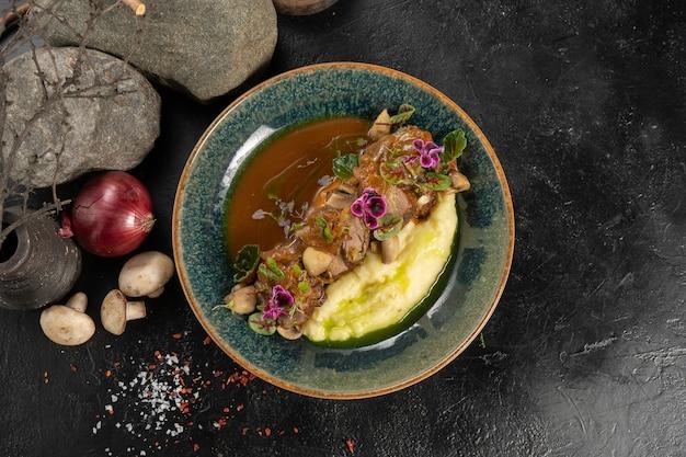 Rosbife com purê de batata, cebola doce e molho demiglas