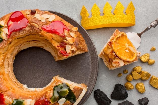 Roscon de reyes epifania sobremesa e coroa amarela