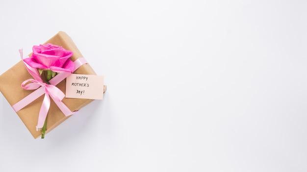 Rose com caixa de presente e inscrição feliz dia das mães