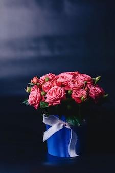 Roseira na cesta de variedade de barbados em fundo escuro