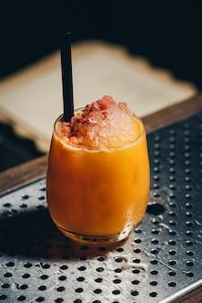 Rosemary cocktail - golden rum, alecrim, suco de frutas e xarope