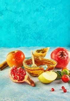 Rosh hashaná com pote de mel e maçãs frescas com sementes de romã