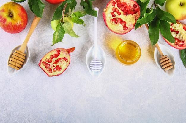 Rosh hashaná judeu conceito de feriado de ano novo. maçãs, mel, romã. copie o espaço. para