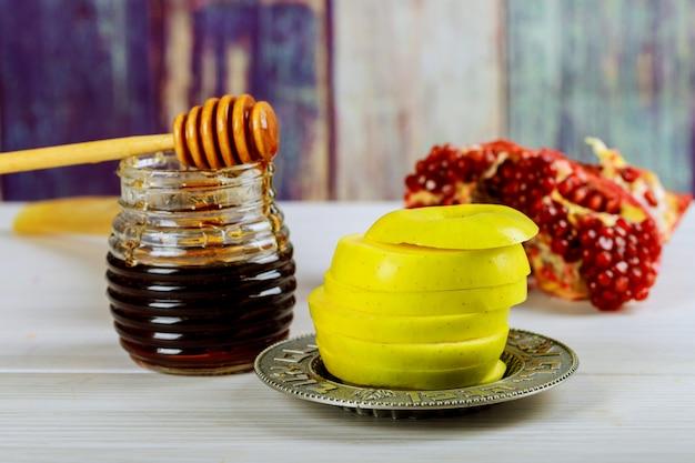 Rosh hashanah jewesh feriado conceito shofar, torah book, mel, maçã e romã