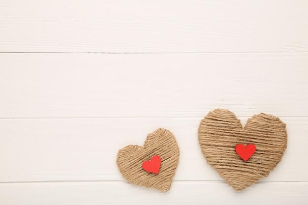 Rosqueie corações em um fundo branco, vista superior