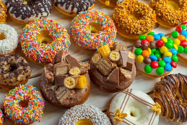 Rosquinha. comida de açúcar de confeiteiro doce. lanche colorido de sobremesa.