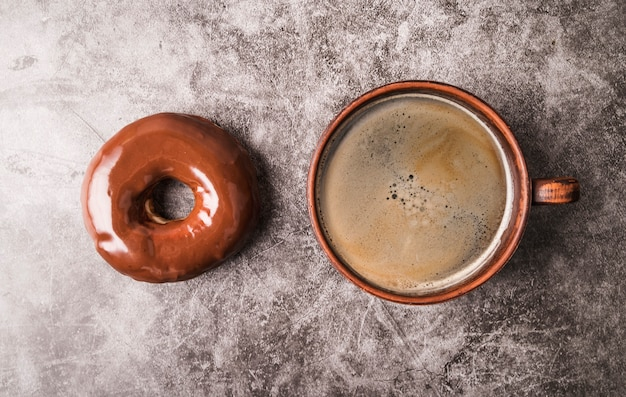 Rosquinha de vista superior com café
