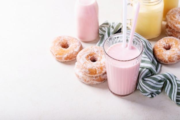 Rosquinhas de açúcar servidas com milkshakes
