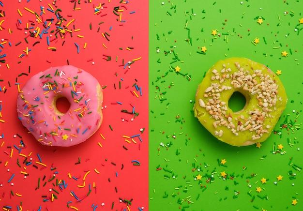 Rosquinhas diferentes redondas com granulado em um fundo multicolorido brilhante