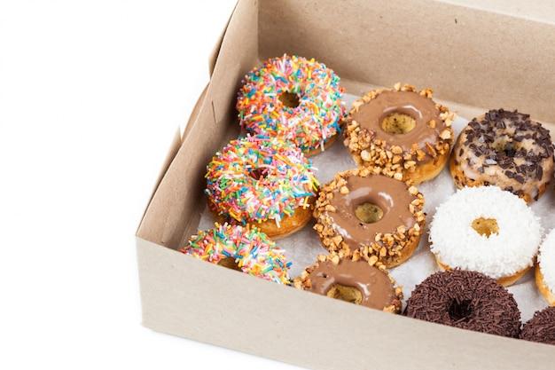 Rosquinhas doces em uma caixa de papel