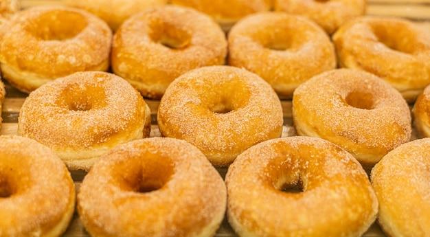 Rosquinhas sortidas com açúcar em rosquinhas.
