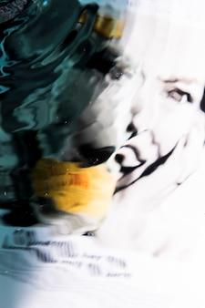 Rosto abstrato de uma mulher nas ondas de água