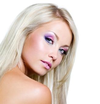 Rosto bonito com cores saturadas de maquiagem e cabelos longos lisos