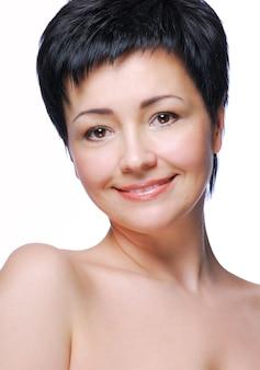 Rosto bonito e ombros nus de bela mulher adulta média