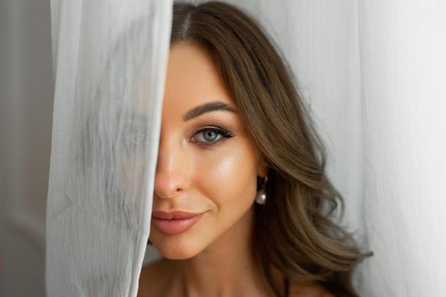 Rosto com maquiagem de uma bela jovem