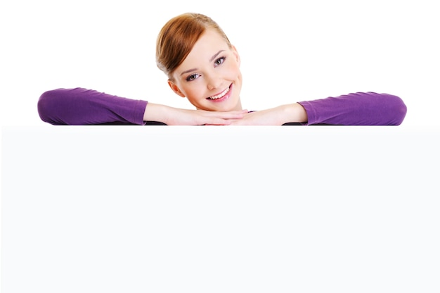 Rosto da bela jovem sorridente acima da bandeira branca em branco