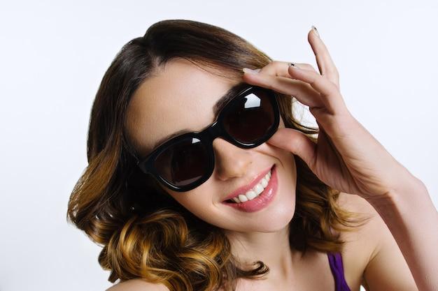 Rosto da mulher em óculos de sol preto
