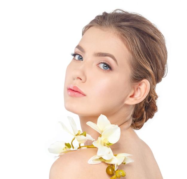 Rosto de beleza da jovem mulher bonita com flor