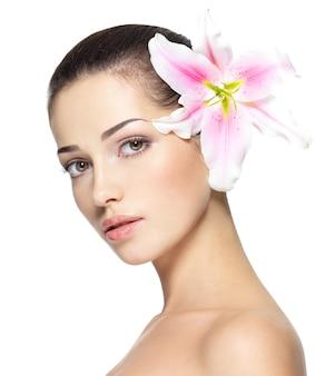 Rosto de beleza de jovem com flores.