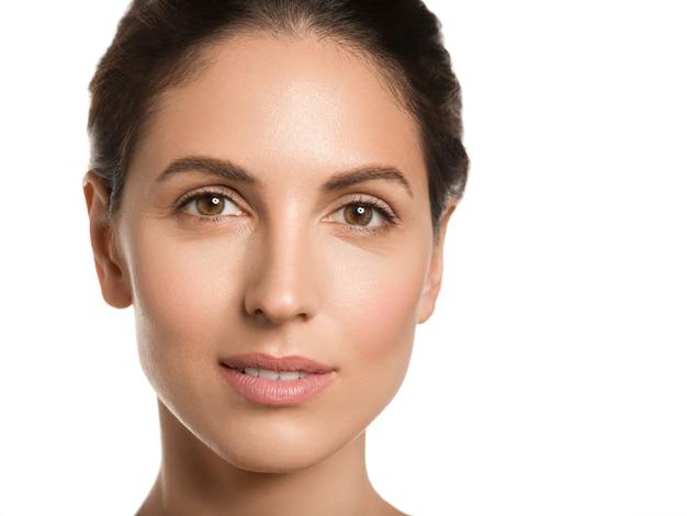 Rosto de beleza de mulher pele saudável rosto fresco limpo natural. vista de perto. cor de fundo.