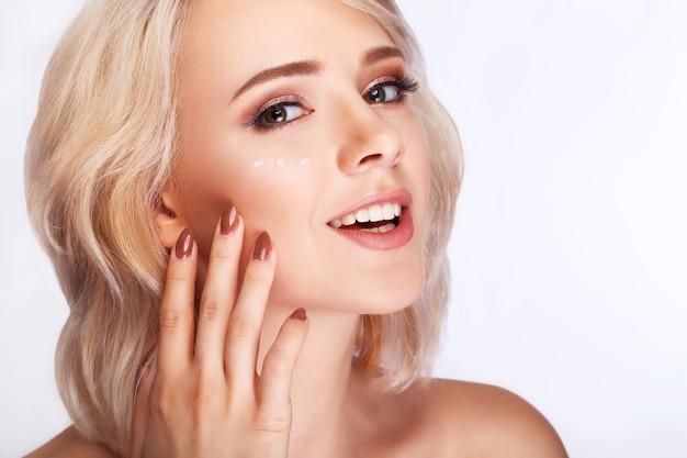 Rosto de beleza de mulher, retrato menina com pele macia