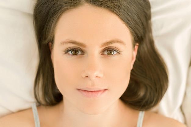 Rosto de close-up da jovem mulher bonita