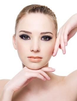 Rosto de close-up de uma bela jovem com maquiagem preta nos olhos