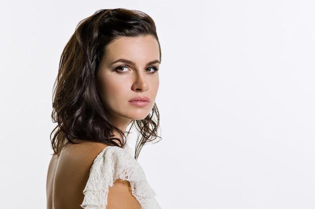 Rosto de close-up de uma jovem mulher com penteado maquiagem