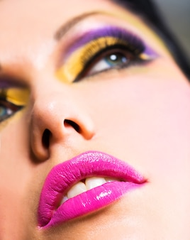 Rosto de closeup com lindos lábios rosados