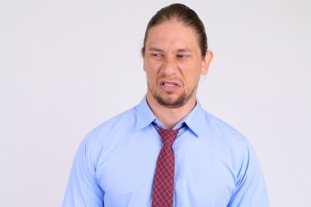 Rosto de empresário estressado parecendo enojado com o sangue branco