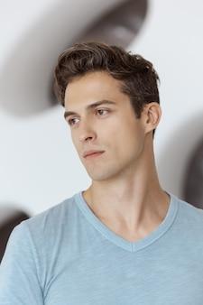 Rosto de homem bonito. retrato natural com luz disponível de um jovem