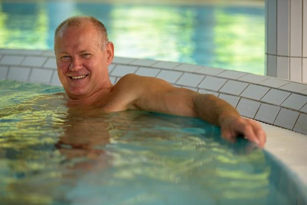Rosto de homem feliz turista sênior relaxando no spa