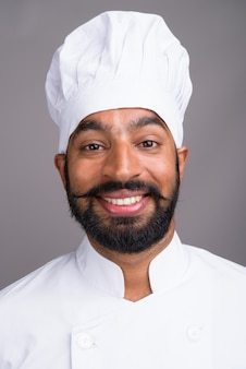 Rosto de jovem chef indiano sorrindo