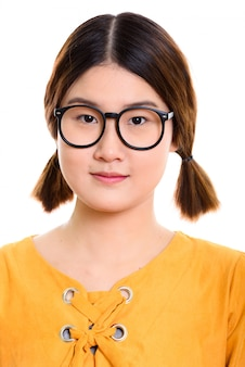 Rosto de jovem e linda mulher asiática usando óculos