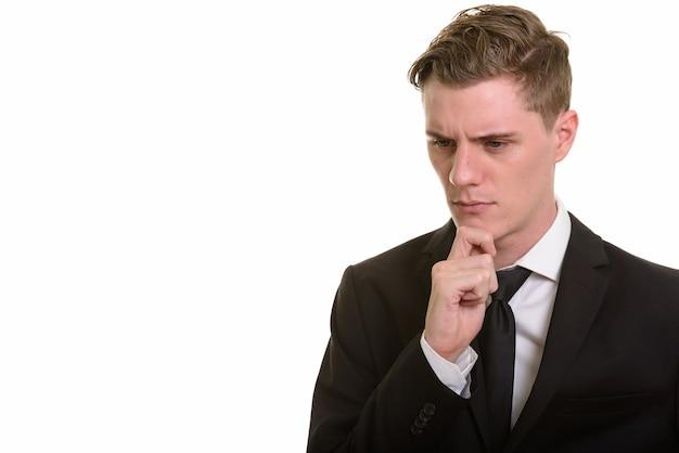 Rosto de jovem empresário loiro bonito de terno