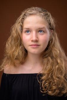 Rosto de jovem loira linda adolescente pensando