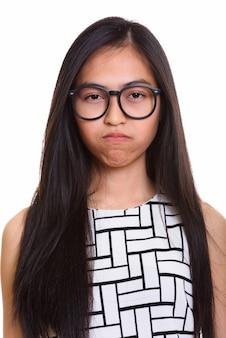 Rosto de jovem nerd adolescente asiática parecendo chateado