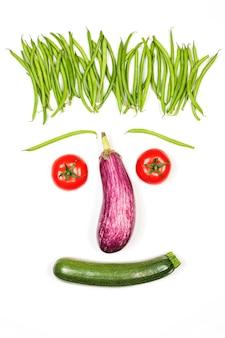 Rosto de legumes em fundo branco