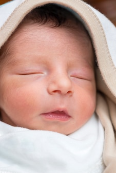 Rosto de menino recém-nascido