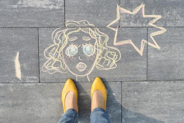 Rosto de mulher abstrata pop art, imagens escritas na calçada cinza