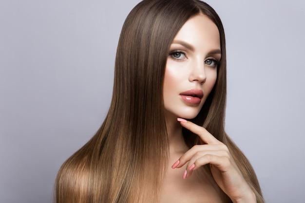 Rosto de mulher beleza retrato. menina linda modelo com pele limpa fresca perfeita