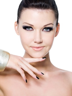Rosto de mulher bonita com maquiagem fashion - retrato do close-up. isolado no branco