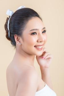Rosto de mulher bonita com maquiagem